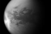 Объяснено появление гигантского стреловидного облака на Титане