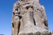 Многотонную статую фараона установили в египетском Луксоре