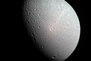 На последних фотографиях спутника Сатурна появился цвет