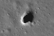 В гигантских лунных дырах могут разместить инопланетные базы